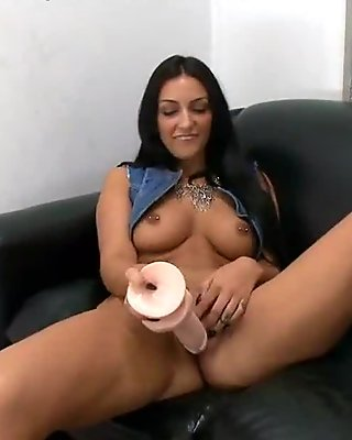 Newbie Amber Cox comes in to show her skills in her first porno 2.6