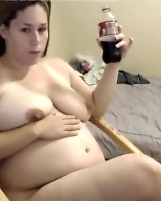 Amateur feedee plays after shower